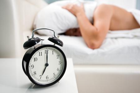 despertador: reloj despertador negro y el hombre