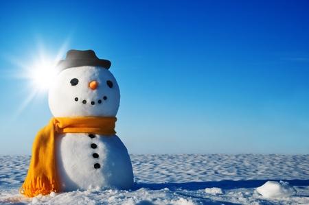Schneemann Blick in Himmel und warten Frühjahr