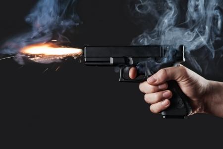 pistola: lanzamiento de un arma de fuego con el fuego y el humo Foto de archivo