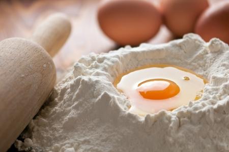 haciendo pan: harina y huevo de cerca