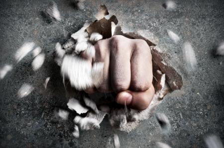 puÑos: una pared se rompe a trav?de un pu?