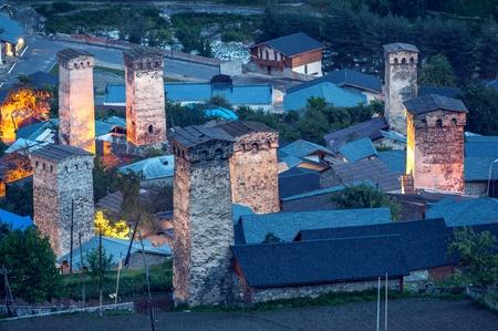 svan: illuminazione svaneti torre su Mestia Archivio Fotografico