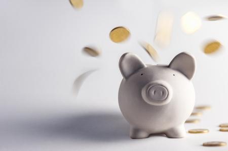 Schwein Spardose mit goldenen Münzen Standard-Bild - 22274884