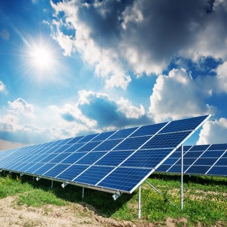 sonnenenergie: Sonnenkollektoren und blauer Himmel Lizenzfreie Bilder