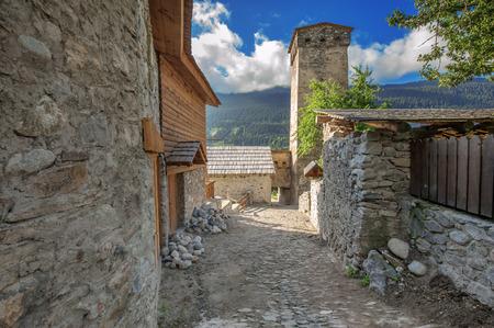 svaneti: antigua calle de piedra en la ciudad Svaneti Mestia Foto de archivo