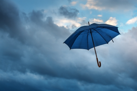 parapluie et ciel nuageux gros plan