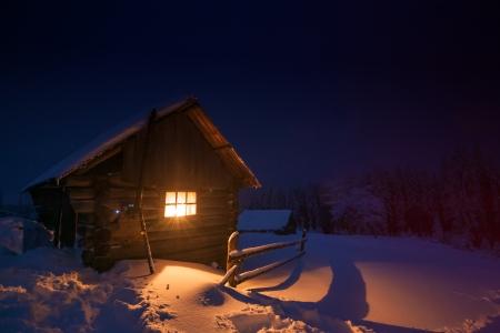 casa de madera en el bosque de invierno Foto de archivo