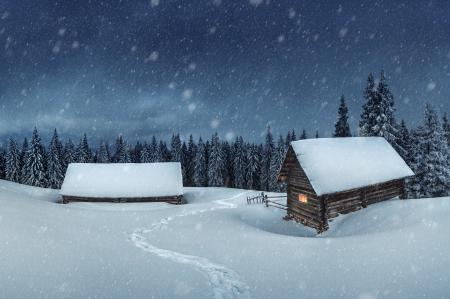 Holzhaus im Winterwald