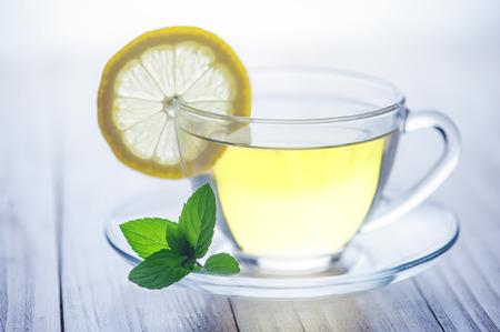 Zitrone Tee mit auf Holz Tisch Standard-Bild - 25818565