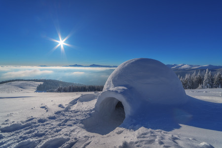 igloo in the high mountain 版權商用圖片 - 37088589