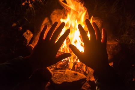 Feuer auf dem Campingplatz Nacht Standard-Bild - 37519251