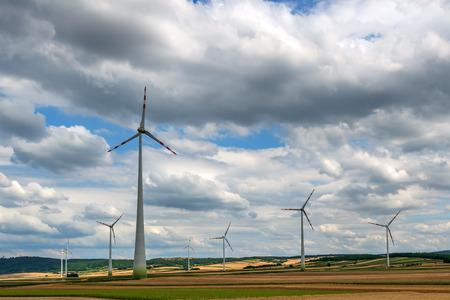 turbina: aerogenerador en el cielo de fondo