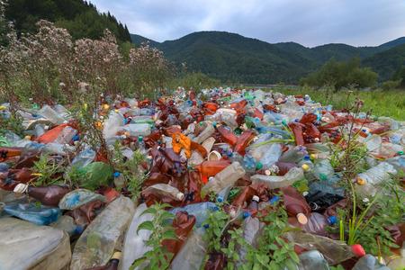 Water pollution: rác thải nhựa trên núi closeup