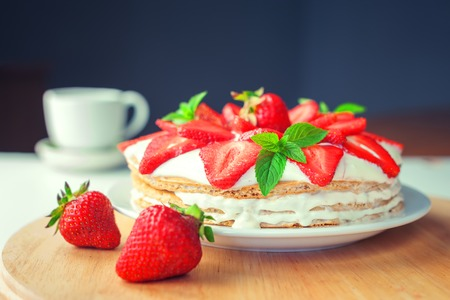 strawberry cake with mint twig Banque d'images