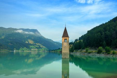 Prachtig uitzicht op het meer Resia. Beroemde toren in het water. Alpen, Italië, Europa. Stockfoto
