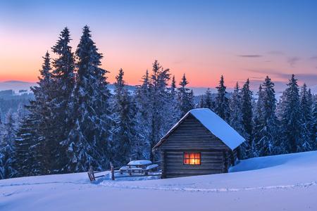 환상적인 풍경 햇빛에 의해 빛나는입니다. 눈 덮인 집과 극적인 겨울 장면입니다. Carpathians, 우크라이나, 유럽입니다.