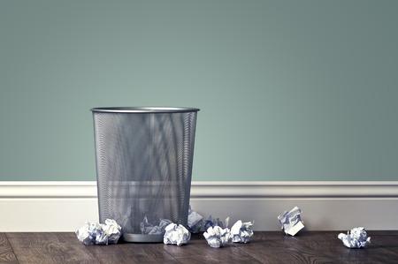 basura: basura oficina cerca de la cesta de metal