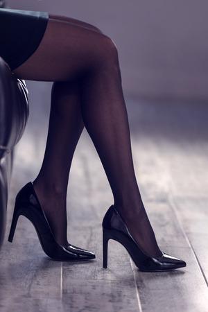 mujer desnuda sentada: mujeres hermosas piernas de cerca