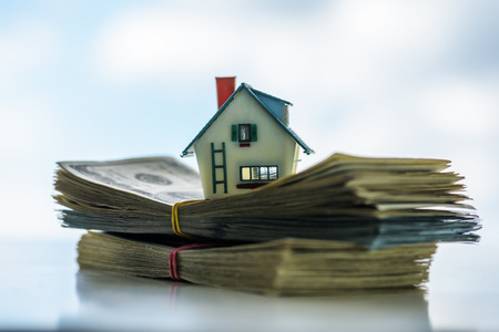 Haus-Modell auf Euro-Bargeld-Stack Nahaufnahme Standard-Bild - 64389232