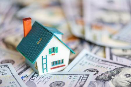 Haus-Modell auf Dollar-Cash-Stack Nahaufnahme Standard-Bild - 64390664