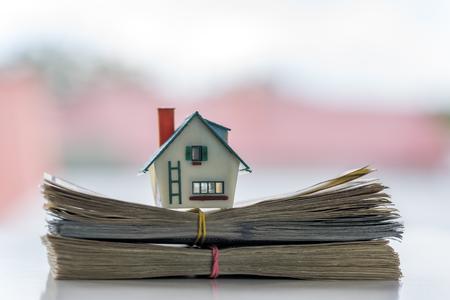 Haus-Modell auf Dollar-Cash-Stack Nahaufnahme Standard-Bild - 64391820