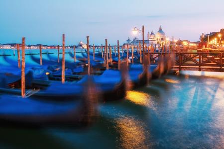 Erstaunliche Aussicht auf den Abend Venedig. Reihe von Gondeln und glühenden Straßen. Italien, Europa