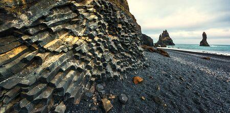 "Basalt Felsformationen ""Troll Zehen"" am schwarzen Strand. Reynisdrangar, Vik, Island"