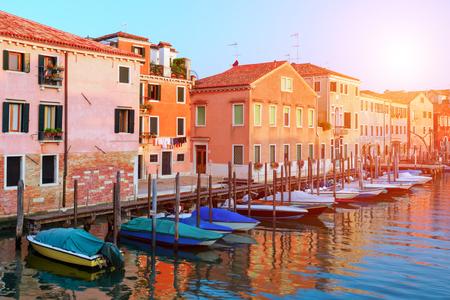 Erstaunliche Aussicht auf den Morgen Venedig. Reihe von Booten und glühenden bunten Häusern. Italien, Europa