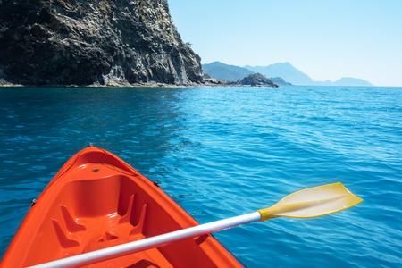 Erstaunlicher Blick vom orange Kajak. Sonniger Tag auf dem Mittelmeer. Sommerzeit