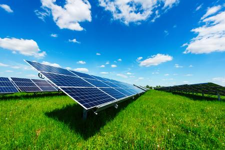 Centrale solare contro il cielo blu. Concetto di energia alternativa Archivio Fotografico - 80031923