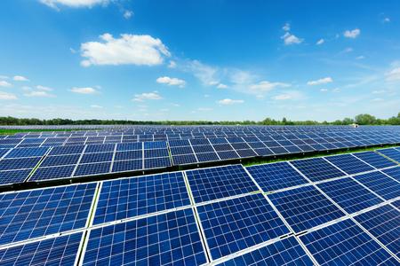 Solarkraftwerk gegen den blauen Himmel. Alternatives Energiekonzept