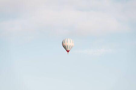 Allein Ballon in den Himmel. Minimalistische Szene. Ort: Kappadokien, Türkei Lizenzfreie Bilder