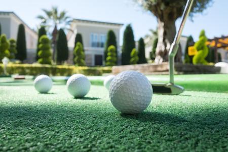 Minigolf-Szene mit Ball und Club. Sonniger Tag im Resortpark