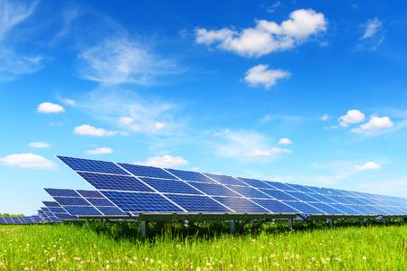 Zonnepaneel op blauwe hemelachtergrond Stockfoto