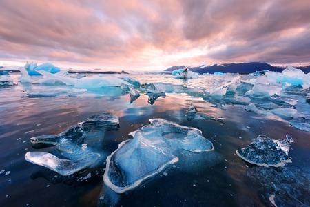 Icebergs in Jokulsarlon glacial lagoon 스톡 콘텐츠