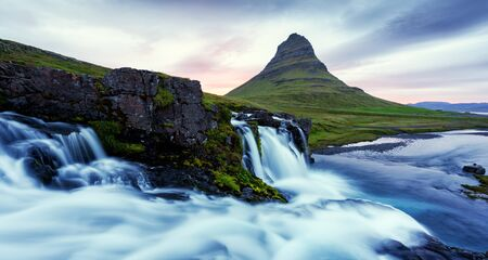 Bunte Sonnenaufgang am Kirkjufellsfoss Wasserfall
