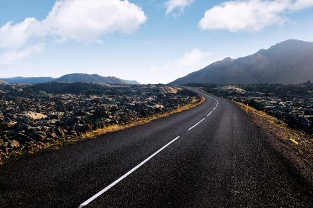Typische Island Landschaft mit Straße