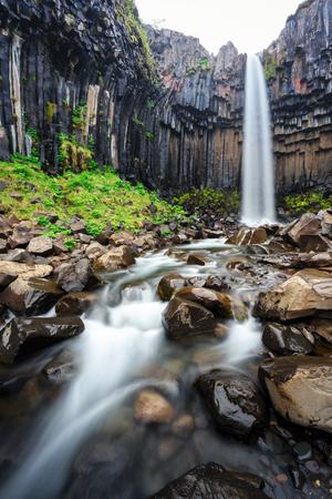 Berühmte Svartifoss Wasserfall