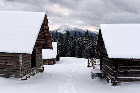 Fantastische Landschaft mit schneebedeckten Haus Lizenzfreie Bilder
