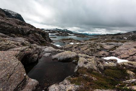 Typische norwegische Landschaft mit schneebedeckten Bergen Lizenzfreie Bilder