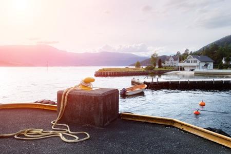 Sonniger Morgen in der Nähe des Fährhafens