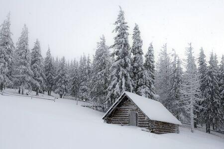 Fantastische Landschaft mit schneebedeckten Haus Standard-Bild
