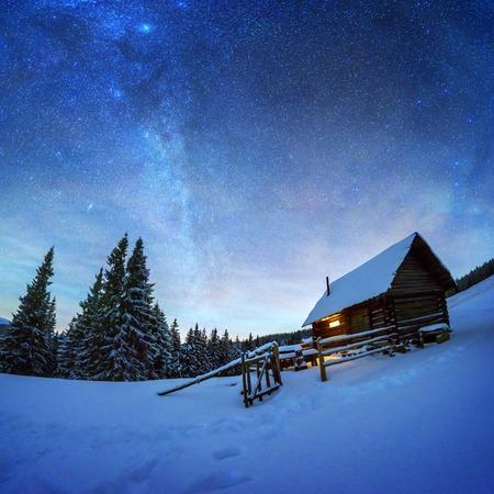 Nachtlandschaft, die durch Milchstraße glüht
