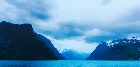 Dramatischer Abendblick auf Hjorundfjorden Fjord