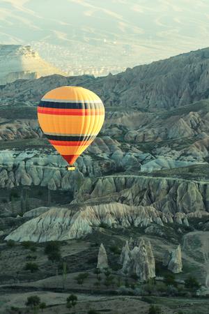Ballonflug im Sonnenaufgang Himmel. Kappadokien, Türkei. Malerische Landschaft mit Sandsteinbergen Standard-Bild