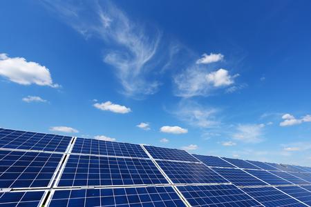 Pannello solare su sfondo blu cielo. Erba verde e cielo nuvoloso. Concetto di energia alternativa