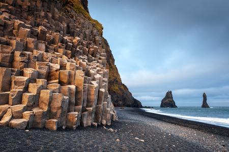 Vue incroyable sur la plage noire et les orteils de troll. Reynisdrangar, Vik, Islande Banque d'images