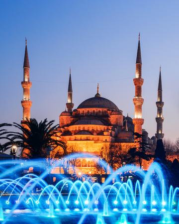 Brunnen auf Sultanahmet-Gebiet in der Abendzeit. Mehrfarbige Bäche vor dem Hintergrund der Blauen Moschee. Standort: Istanbul, Türkei