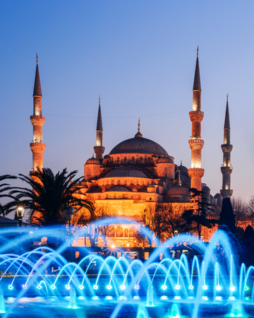 Fountain on Sultanahmet area in evening time. Multicolored streams against the background of the Blue mosque. Located place: Istambul, Turkey Standard-Bild