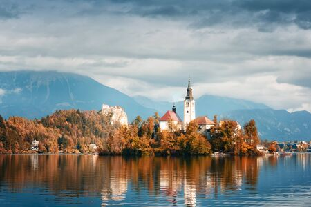 Amazing autumn view of Bled lake in Julian Alps, Slovenia. Pilgrimage church of the Assumption of Maria on a foreground. Landscape photography Standard-Bild - 130760188